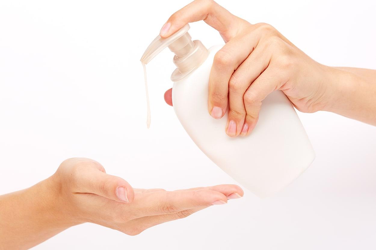 Lavarse las manos con agua y jabón. Es otra de las medidas de higiene en la cocina antes de empezar a preparar alimentos.